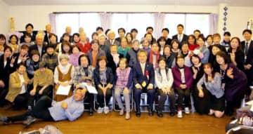 門真市内の施設で開かれた祝賀会「ゆめ伴感謝の集い」で記念写真に納まる関係者ら=昨年11月(実行委提供)