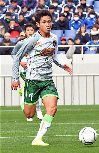 前半、ピッチ中盤から攻め込む青森山田のMF松木=11日、埼玉スタジアム