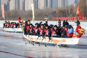 氷上のドラゴンボートレースで激しい熱戦 遼寧省瀋陽市