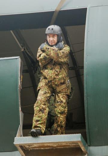 降下訓練を体験する河野防衛相=12日、陸上自衛隊習志野駐屯地