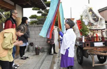 「歳徳神」を乗せたみこし行列が家々を巡り厄を払う、神送り行事「トンド」=12日、鳥取県米子市