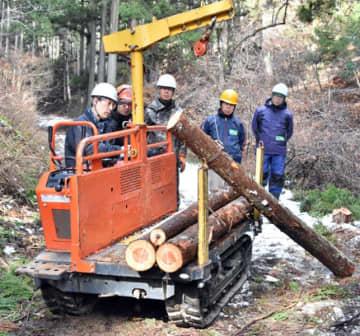 林内作業車の操作を体験する参加者