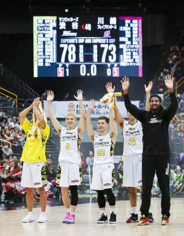 川崎を破って優勝を果たし、喜ぶベンドラメ(左から2人目)らSR渋谷の選手たち=12日、さいたまスーパーアリーナ