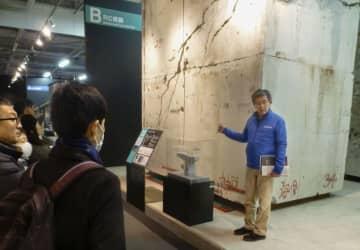 震災資料保管庫で展示されている、ひび割れた阪神高速道路の橋脚=12日、神戸市