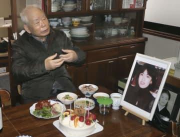 有本恵子さんの60回目の誕生日を祝う父明弘さん=12日、神戸市