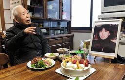 有本恵子さんの還暦を祝う父明弘さん=12日午後、神戸市長田区