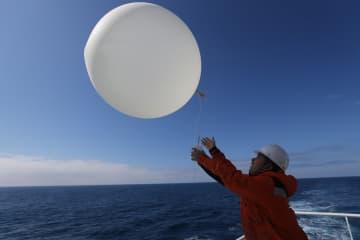 「雪竜2号」、初の観測気球を放つ 気象データを収集