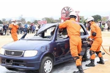 車ががれきの下敷きになったとの想定で行った岡山市消防局の救助訓練