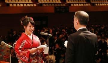 新成人代表として謝辞を述べる光岡さん(左)