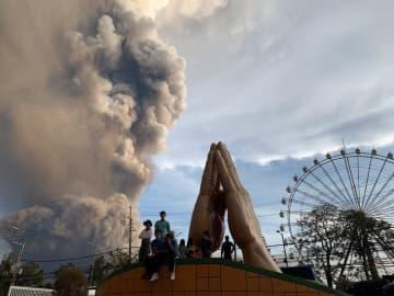 タール火山から上がる噴煙(AP=共同)