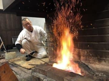 打初式で火入れをする刀鍛冶