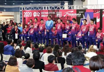 サポーターを前に今季の抱負を語るファジアーノ岡山の新加入選手ら=イオンモール岡山