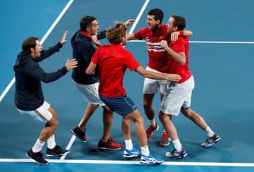 優勝を決め喜ぶセルビアチーム(ロイター=共同)