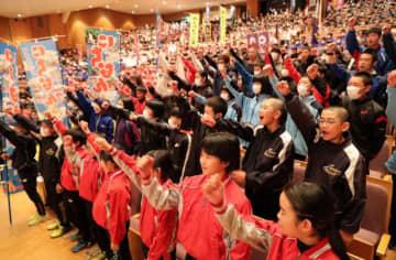 大会での健闘を誓い気勢を上げる選手ら=12日午後、宮崎市民文化ホール