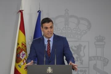 12日、記者団に話すスペインのサンチェス首相=マドリード(AP=共同)