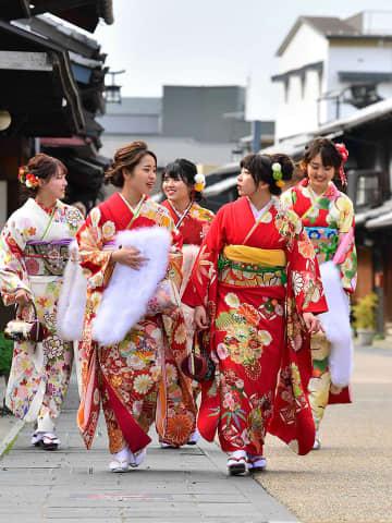 華やかな振り袖姿で式典会場に向かう新成人たち=12日午前11時15分、岐阜市湊町
