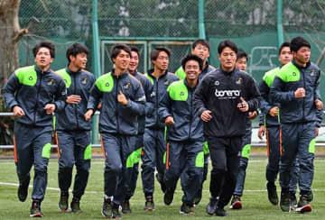 決勝に向け、ランニングなどで調整を行う青森山田サッカー部の選手ら=12日午前、東京都内
