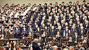「第9」の音色を響かせる合唱団とオーケストラ