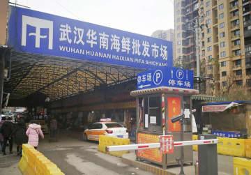原因不明の肺炎の患者が多く出た中国湖北省武漢市内の海鮮市場=2019年12月