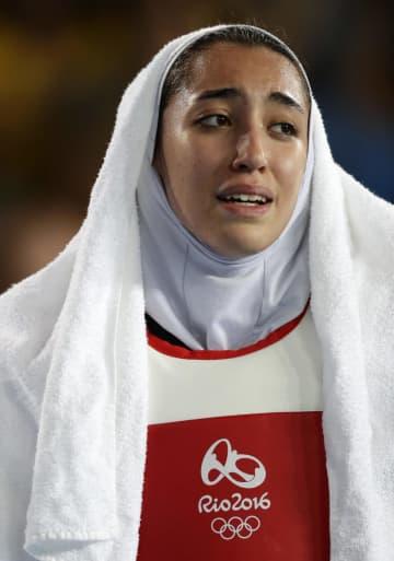 リオデジャネイロ五輪で試合に敗れて悲しむキミア・アリザデ選手=2016年8月(AP=共同)