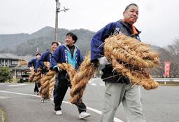 威容を誇る大蛇を抱え、集落を練り歩く男性たち=丹波市山南町応地