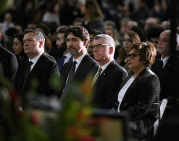 12日、カナダ西部アルバータ州エドモントンで開かれた追悼式典に参列するトルドー首相(左から2人目)(ロイター=共同)