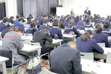 埼玉新聞模試に挑む中学3年生ら=12日、さいたま市桜区の埼玉大学
