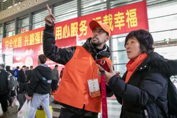 「春運」を手助けする外国人ボランティア 浙江省義烏市