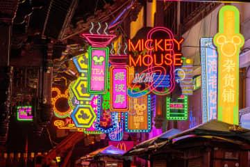 ディズニーキャラクターのランタン、上海豫園を彩る