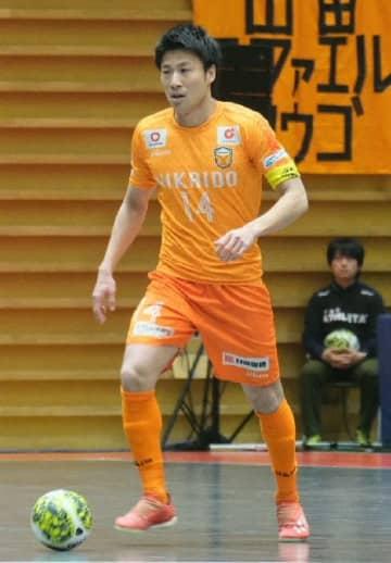 【大分―長野】前半、ボールを前に運ぶ大分の白方=東京の駒沢屋内球技場