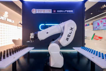 A robotic arm for customizing e-liquids at Relx's Shanghai flagship store on January 11, 2020. (Image credit: Relx)