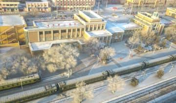 草原の奥地を走る鈍行列車 内モンゴル自治区