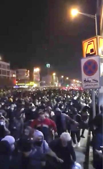 12日、イランが説明を一転させ、ウクライナ機撃墜を認めたことに抗議する人々=テヘラン(AP=共同)