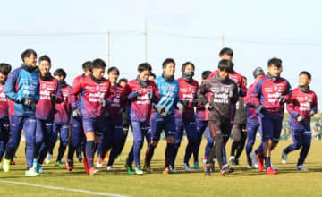 今季初練習でジョギングするファジアーノ岡山の選手たち=政田サッカー場