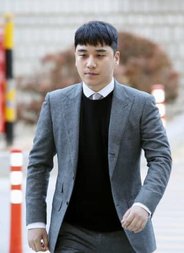 13日、ソウル中央地裁に出頭した「BIGBANG」の元メンバーのイ・スンヒョン氏(聯合=共同)