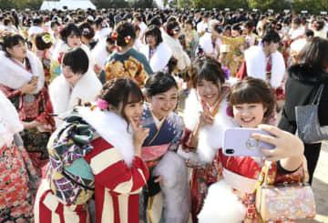 スマートフォンで記念写真を撮る晴れ着姿の新成人=広島市西区(撮影・天畠智則)