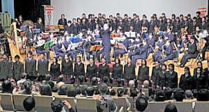 フィナーレの「ふるさと」で歌声と演奏を披露する県内と港区の高校6校の生徒=東京・赤坂区民センター