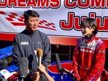 監督でもある父、野田英樹さんとインタビューに応じるJujuこと野田樹潤さん