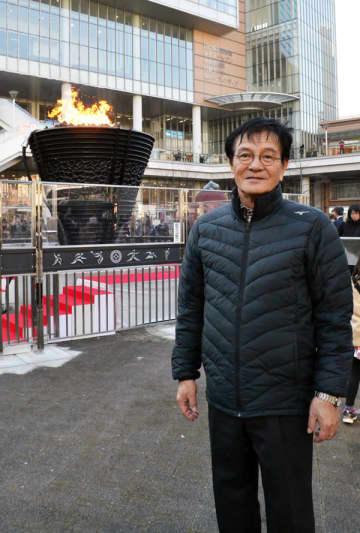「この聖火台が東北復興の後押しをしてくれた」と語る宮城県石巻市の伊藤和男さん=13日、川口市
