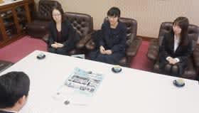 青山市長に初の単独コンサートをPRする(右から)古川さん、岩村さん、武石代表