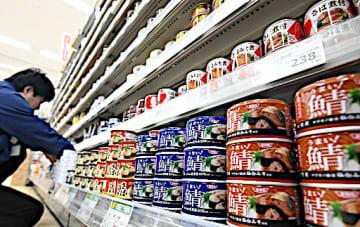 多彩なサバ缶が並ぶイズミヤ八尾店の売り場=昨年12月、八尾市
