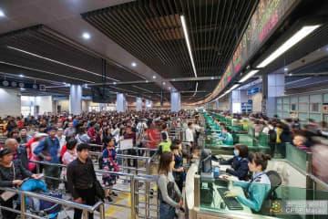 關閘イミグレーションでは、審査ブースを最大限オープンして増大する旅客に対応したとのこと(写真:マカオ治安警察局)