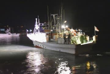 北海道根室市の落石漁港を出港するタコ漁船=14日午前0時すぎ
