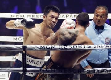 WBAミドル級世界戦の5回、スティーブン・バトラー(右)を攻める村田諒太=横浜アリーナ
