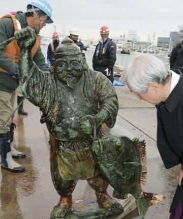 東日本大震災の津波で流され、海底から引き揚げられたえびす像=14日午前、宮城県気仙沼市