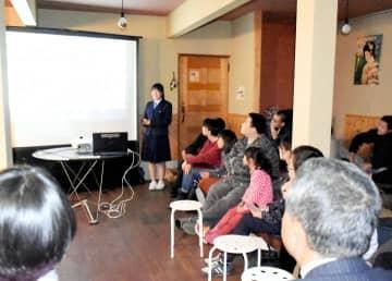 集まった地元住民に今治北高大三島分校の活動や現状を伝える生徒(中央)