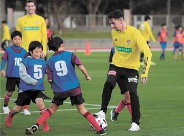 子どもたちとミニゲームを楽しむ仙台のクエンカ(右)