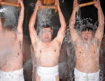 手おけで水をかぶる下帯姿の男たち=12日夜、匝瑳市