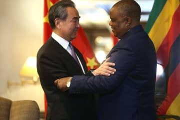 ジンバブエ副大統領、王毅氏と会見