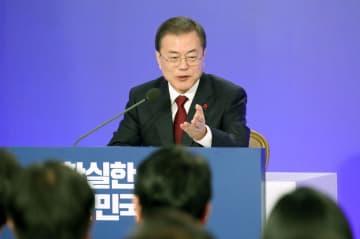 14日、ソウルの韓国大統領府で年頭の記者会見を行い、報道陣の質問に答える文在寅大統領(聯合=共同)